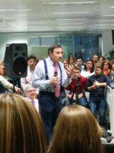 Pedro J. Ramírez despidiéndose de la redacción de El Mundo / Foto: María Cuñado