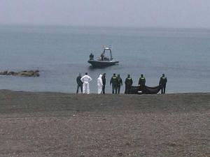 El cuerpo sin vida de uno de los inmigrantes fallecidos aparece en la playa del Tarajal (Ceuta)