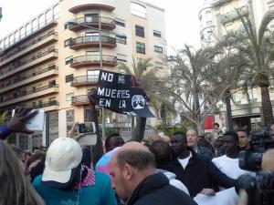 Un grupo de residentes en el CETI alza una pancarta en memoria de las 15 personas fallecidas el 6-F / Foto: @LOrtizGomez