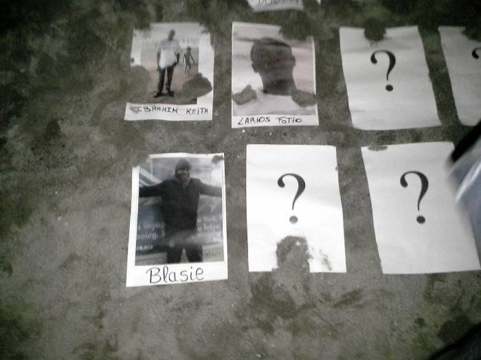 Sobre la arena estas fotos recordaban a los fallecidos