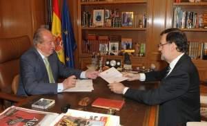 Juan Carlos I comunica al presidente del Gobierno, Mariano Rajoy, su abdicación