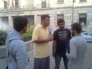 Un grupo de hombres del campamento sirio habla con Ali y Faitah