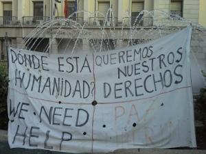 La pancarta que preside el campamento sirio en la Plaza de los Reyes, Ceuta / Foto: @LOrtizGomez