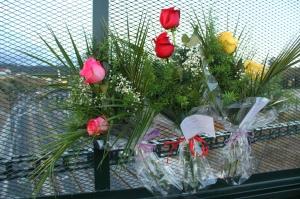 Flores en homenaje a las víctimas de tren de Angrois